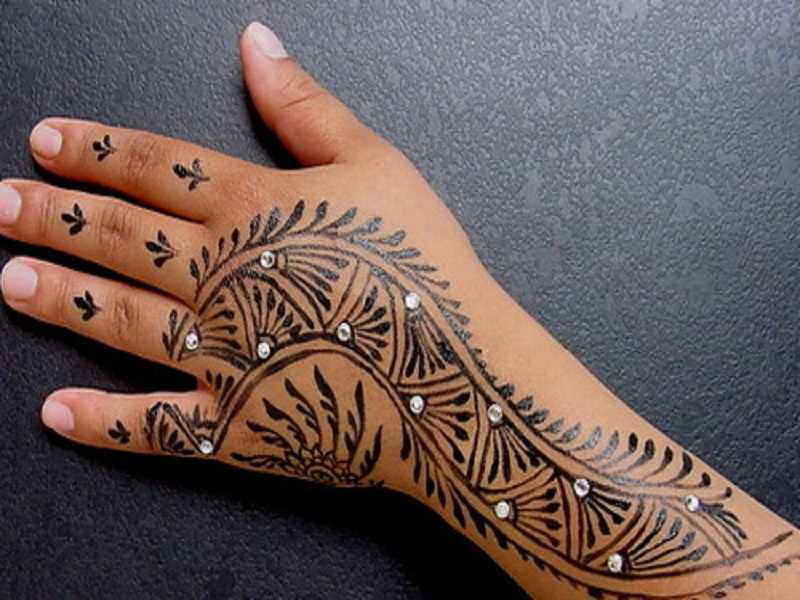 22 Daring Hand Tattoos For Girls to Express Themselves
